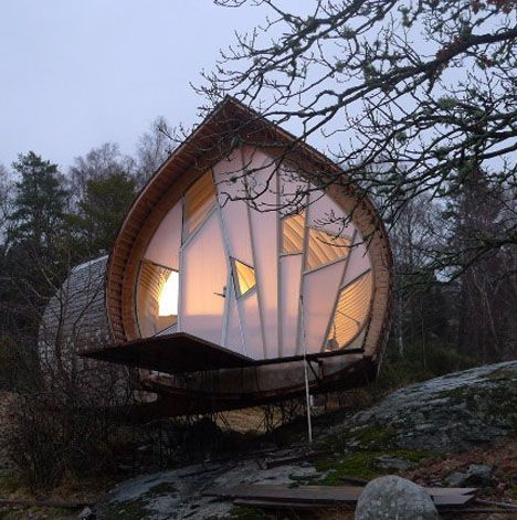 Ett is a wonderful Swedish woodland micro house designed by Torsten Ottesjö. Great shapes and material usage. Looks organic and cosy