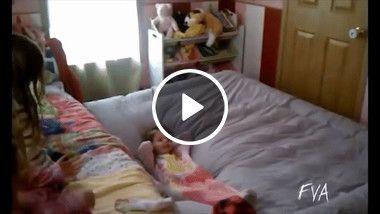 Criança é arremessada pelo colchão inflável.