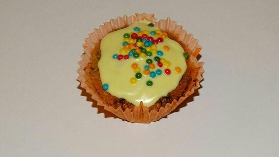 Muffin mit weißer Schokolade und bunten Crispies