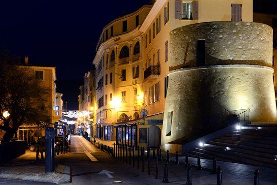 L'Île-Rousse, Balagne (Corse) - Tour de Scalu, devant la mairie, et la rue Notre-Dame.