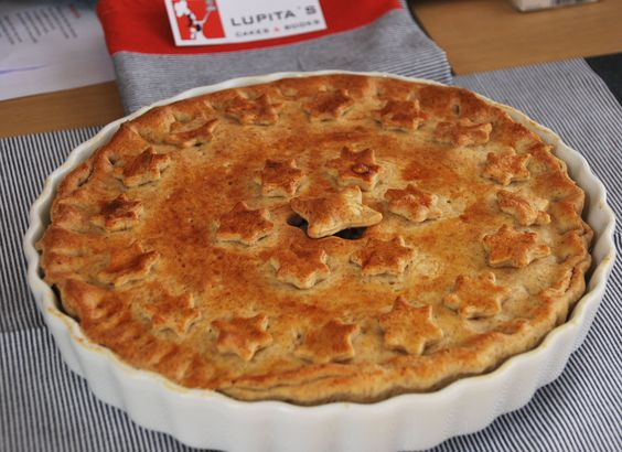 Empanada de atún, 10-12 raciones. Mezcla de harina blanca e integral. Se puede hacer con las harinas y rellenos que prefieras. 18 €