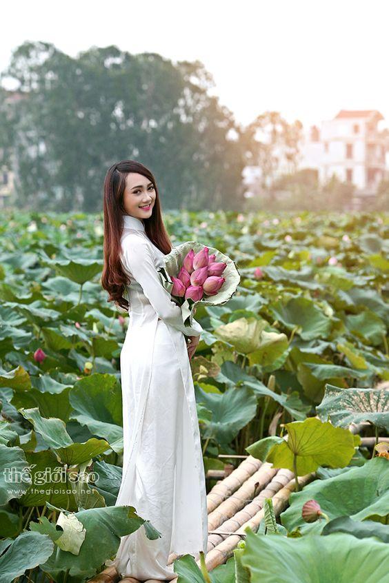 Đẹp ngỡ ngàng nữ sinh mặc áo dài dịu dàng bên hoa sen - Áo dài Thanh Mai