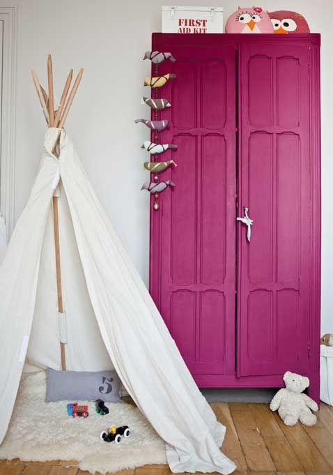 Une couleur aubergine modernise l'armoire en bois
