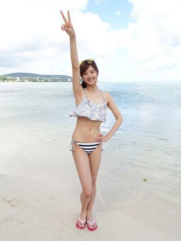 フリルのビキニを着て海で楽しんでいる熊江琉唯の画像