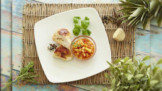 Hähnchenbrustfilets – pikant und fruchtig! Dieses gesunde Rezept ist wie für Sportler gemacht: Das magere Hähnchenfleisch enthält wenig Fett und viel Eiweiß. Wenn ihr es jetzt noch mit Mein Q-Fitness-Quark füllt, dann ergibt das einen richtigen Protein-Turbo! Und mit der Ananas-Salsa bringt ihr zusätzlich noch eine fruchtige Note ins Spiel. #MeinQ #MeinQMag #Hähnchen