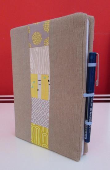 Funda para cuadernos con motivo patchwork hecha a mano con tela de lino y algodón.