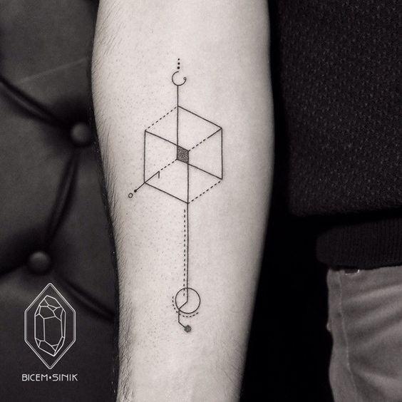 Tatuagem minimalista com formas geométricas