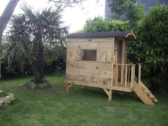 Une cabane roulotte en bois de palette une autre vie - Construire une cabane de jardin ...