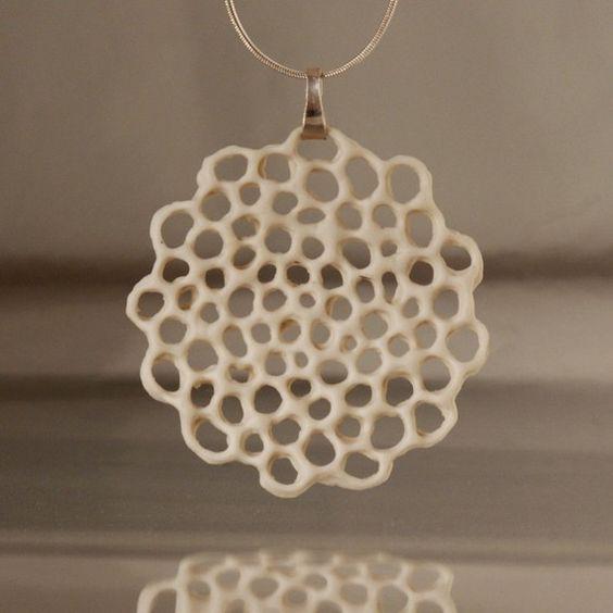 porcelana y plata collar hecho a pedido.Hanako. floral colgante de cerámica, cerámica orgánico. Diseñado y elaborado por Wapa Studio.