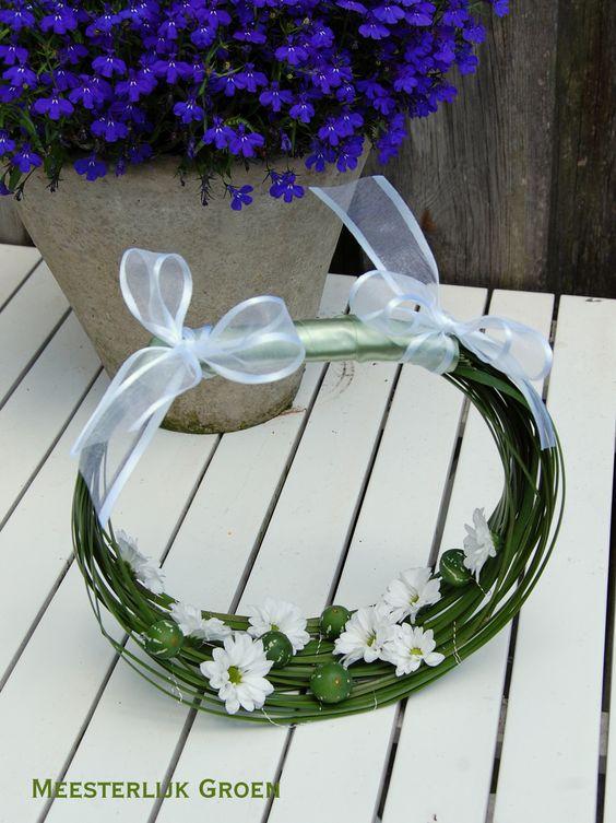Mandje voor bruidsmeisje - Gras, witte chrysantjes en diplocyclos. www.meesterlijkgroen.nl