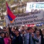 Un grupo de estudiantes de la Universidad Estatal de Yerevan (YSU) llevó a cabo una protesta frente a la oficina de la OSCE en Ereván, exigiendo condenar las acciones de Azerbaiyán, en relación al tiroteo de sus francotiradores en la carretera Berd-Ijevan el 22 de octubre.