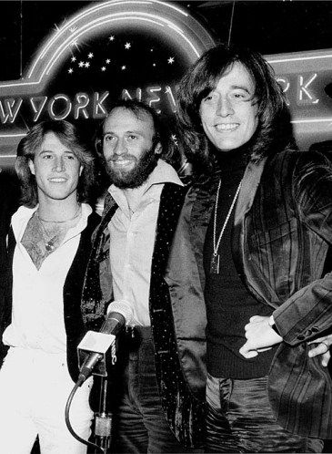 Andy Gibb (à gauche) des Bee Gees