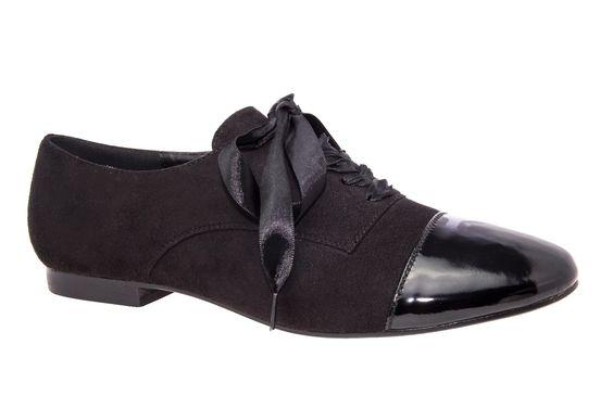 Blucher de Ante Negro y punta de Charol del mismo color. Cierre con Lazo Raso en Negro. Tallas Grandes de la 42 a la 45.