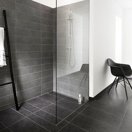Doccia minimalista nera con pavimentazione senza piatto e - Doccia senza piatto ...