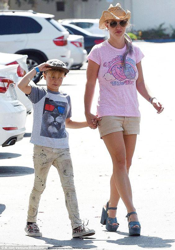 Yee-haw: Britney Spears saiu para almoçar no bairro de Westlake Village da Califórnia na s...