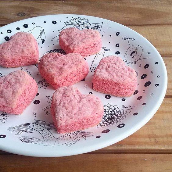 ¡Scons de yogurt de frutilla para arrancar el sábado!  No sabén lo suaves y esponjosos que quedan estos scons! Y ni les cuento del aroma que dejan en la casa!  De paso les cuento que esta es la última receta para San Valentin con corazones, después arranca lo afrodisíaco jajaja  Para unos 12 vas a necesitar  1 taza o 110 gramos de harina leudante 1 cucharadita de bicarbonato 25 gramos de manteca 1/4 de taza de azúcar 1/4 de taza de yogur bebible de frutillas 1 pizca minima de colorante rojo…