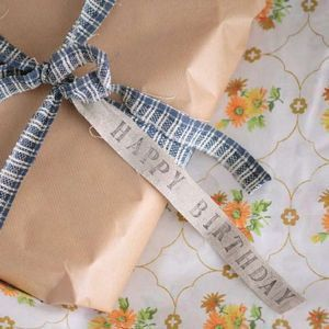For creative work and gift wrapping: a set of 100 grams of fabric tapes with beautiful colors and patterns all in natural linen. From Japanese company Fog Linen Work.