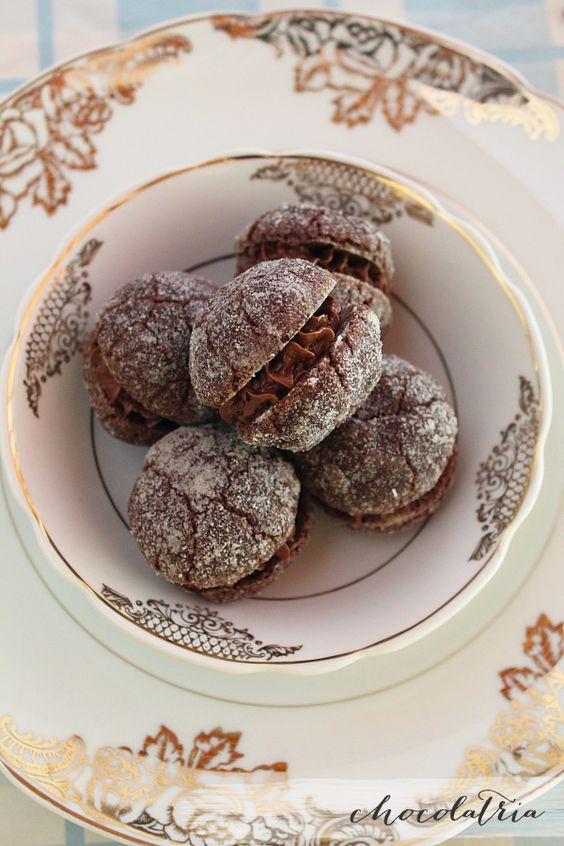 Cookie recheado com ovomaltineIngredientes dos cookies: 1+3/4 xicara de farinha de trigo 1/4 xícara de cacau em pó 3 colheres (sopa) de açúcar refinado 150 g de manteiga cortada em cubinhos 2-3 colheres (sopa) de água gelada ou até dar ponto Açúcar refinado para rolar as bolinhas Recheio: Cerca de meio pote de Ovomaltine crunchy cream ou doce de leite, brigadeiro, trufa,