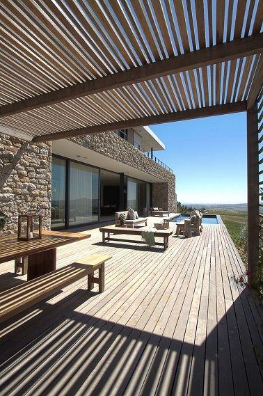 L'immensité de cette terrasse laisse bouche bée et est fortement accentuée par le côté longiligne des lames de bois.