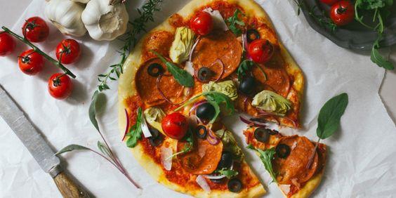 Vegetarische pizza die haast niet vegetarisch lijkt. Met worst van De Vegetarische Slager. Hier het recept.