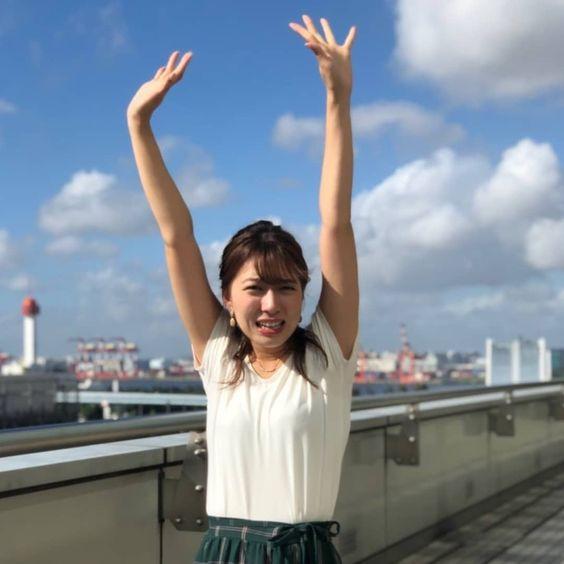 阿部華也子両手を挙げて可愛いポーズ