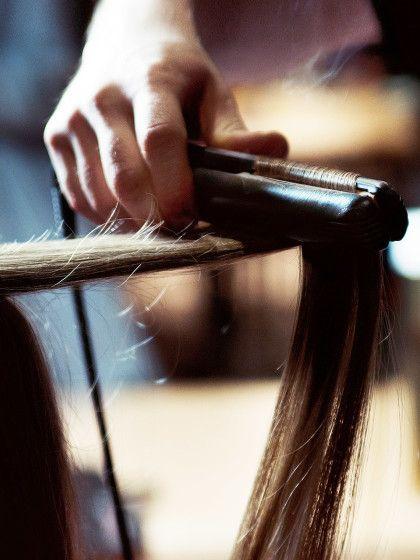 Ihr seid auf der Suche nach der besten Methode, um eure Haare dauerhaft zu glätten. Wir vergleichen fünf Möglichkeiten für euch.