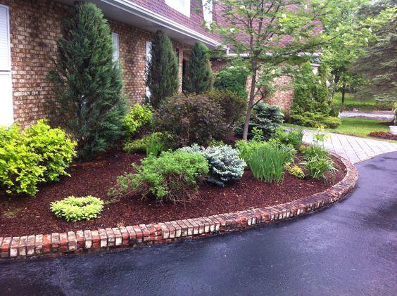 Nettoyage de plate-bande, taille d'arbustes et ajout de paillis pour l'embellissement.