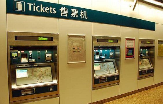 Bạn sẽ thấy ngay quầy dịch vụ Khách hàng (Passenger Service). Hãy xếp hàng mua thẻ EZ Link với giá 12 Dollar Singapore (SGD), thời hạn sử dụng 5 năm, trong đó số tiền được sử dụng 7 SGD.