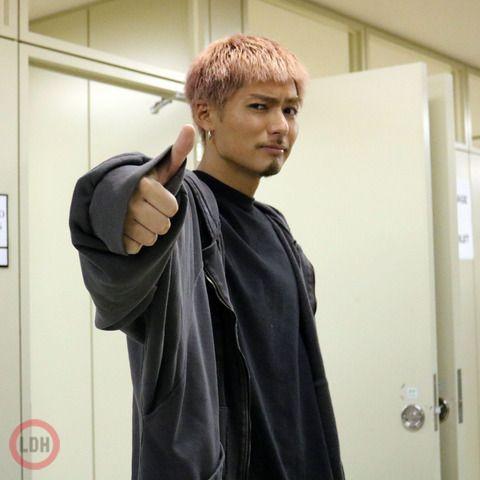 黒い服を着た親指を立てているEXILEのSHOKICHIの画像・壁紙