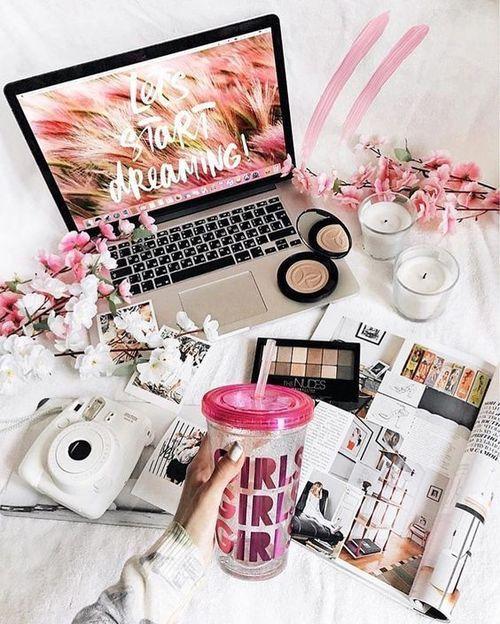 Flatlay com elementos rosa. Notebook camera e maquiagens. Pinterest: @giovana