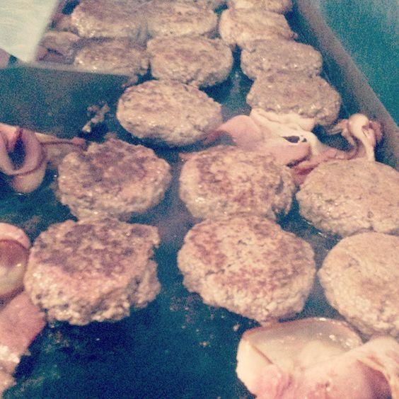 A chapa ta quente!! Vem pro Harmona Burger e escolha um dos nossos hambúrgueres para degustar. #harmonaburger #hamburguerartesanal #desaopauloparaararas #anonovoharmonaburger #burger #foodtrailer #handmadeburger #guiadohamburguer #hamburguer #hamburguerdeprimeira #burgerporn #foodporn #burgerlovers #bestburger #instafood #bestburgers by harmonaburger