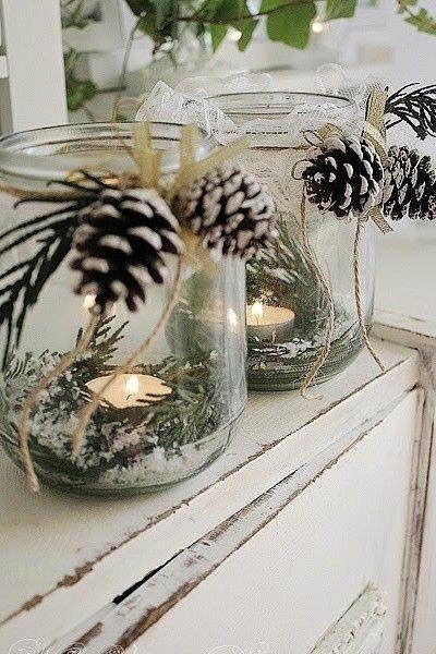 Centros de mesa elaborados a partir de botes de vidrio, piñas, velas y ramas de pino #ideas #decoracion #Navidad