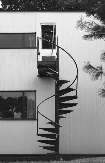 Gropius House - Walter Adolph Georg Gropius (18 de mayo de 1883 - 5 de julio de 1969) fue un arquitecto, urbanista y diseñador alemán, fundador de la Escuela de la Bauhaus.