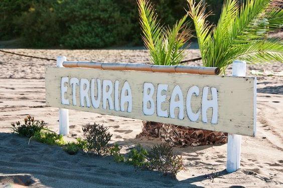 Camping Etruria liegt direkt an einem wunderschönen, breiten Sandstrand.  Der Platz selbst ist eingebettet in einen kleinen Pinienwald, wo es genügend Schatten spendende Plätze und eine schöne Bepflanzung mit mediterranem Flair gibt.