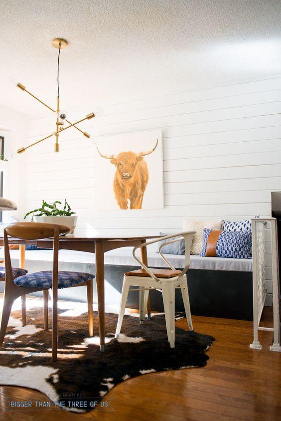 Moderno e ecléctico Cozinha Revelar com uma parede Plank DIY e banco DIY