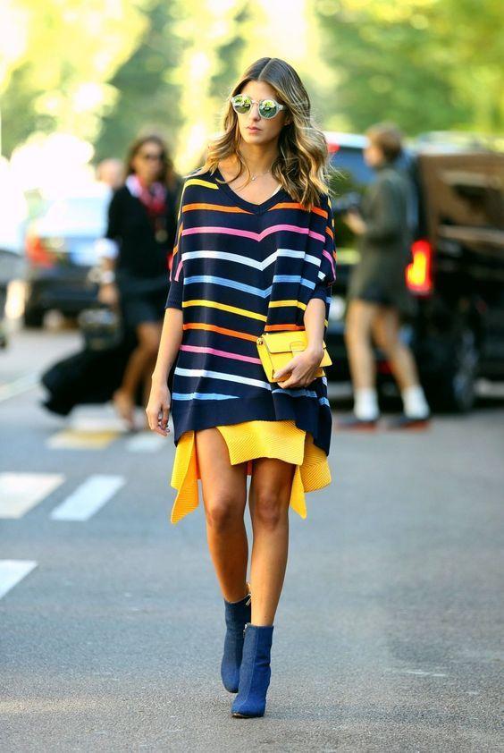 anna fasano, listras coloridas, cores, maxi tricot listrado, minissaia amarela com fendas, ankle boots azul, óculos espelhados, clutch amarela, street style: