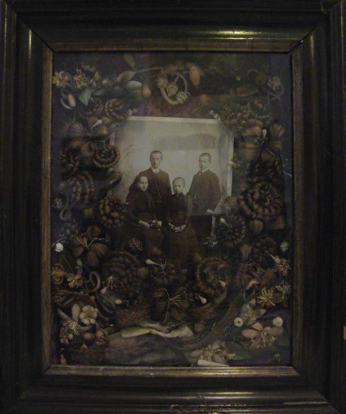 Arte Victoriano cabello. Todas esas flores marrones y formas que rodean el retrato se hacen del pelo humano.
