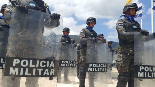 Honduras creará dos batallones más de Policía militar antimotines  El presidente de Honduras, Juan Orlando Hernández, ordenó la creación de dos batallones más de la Policía militar antimotines, en el marco del tercer aniversario de creación del cuerpo de seguridad denominado como Policía Militar. - Noticias Infodefensa América