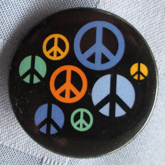 """Simbolitos hippies de la paz de varios colores, 1¼"""""""