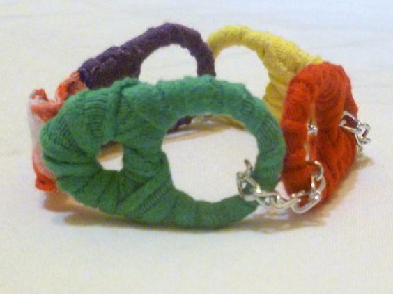 bracciale realizzato con linguette di lattine rivestite di stoffa