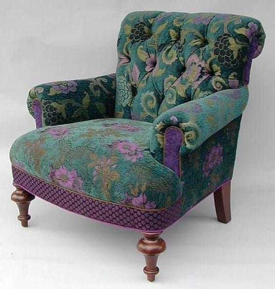 Bunter Sessel bezaubert das Innendesign auf eine farbenfrohe Weise