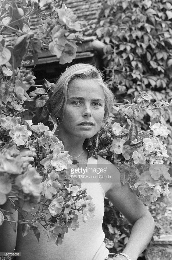 Rendezvous With Margaux Hemingway. En France, le 20 juin 1980, portrait de Margaux HEMINGWAY, l'actrice et petite-fille d'Ernest Hemingway, dans le jardin de la maison de l'écrivain américain Mark Princi, à Fontainebleau. .: