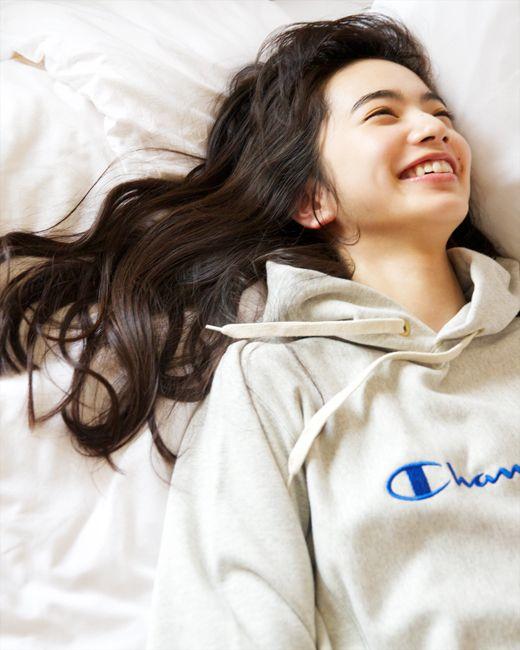 笑顔で寝そべる小松菜奈