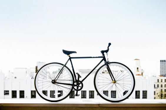 Matte Black bike frame and pure white wheels - with gold hubs. Classy!  #purefix #fixedgear #bikeporn