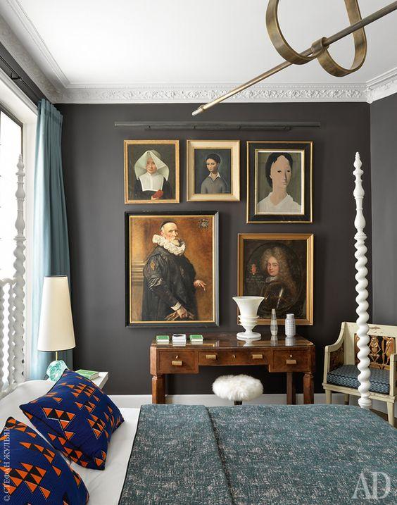Фрагмент главной спальни. Кровать, тумбочки и люстра по дизайну Жана-Луи Денио. На стене коллекция картин, купленных на блошином рынке, — они датируются XVI–ХХ веками.