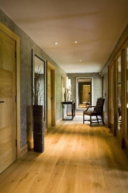 Warme aber dennoch moderne Einrichtung vom Landhaus Flur von Wildblood Macdonald #landhausstil #countrystyle #flur #homify