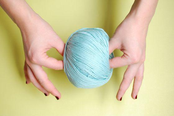Aujourd'hui nous vous enseignons comment tricoter avec un fil double vos vêtements en laine ou/et en coton.  Habituellement, nous utilisons un fil double de manière à réaliser des vêtements plus volumineux ou afin d'obtenir un effet tacheté lorsque nous mélangeons deux couleurs. De plus, c'est une bonne option pour tricoter du coton en utilisant desaiguilles en bois WAK de 8… ou pour tricoter de la laine fine avec des aiguilles de 15.