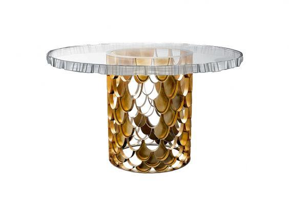 Linea Koi di Brabbu. Tavolo da pranzo con piano in cristallo, cm 130Øx75h, 11.660 euro.