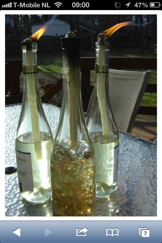 Eigen gemaakte kaars van oude wijnflessen