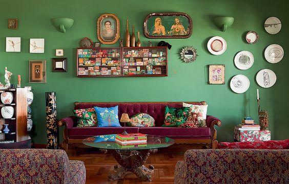 A parede verde é a base para a diretora de arte Michelle Jorge Seddig expor lembranças de viagens, coleções e retratos de família: